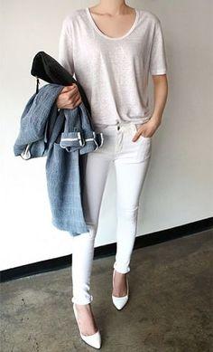 白Tシャツとホワイトデニムパンツとパンプスベーシックコーディネート