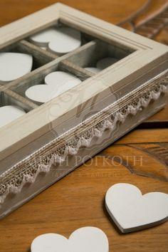 Ευχολόγιο γάμου ξύλινο κουτί με τζάμι στο καπάκι με έξι θήκες για τις καρδούλες των ευχών διακοσμημένο με vintage κορδέλες