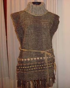como hacer ponchos de lana tejidos a mano y con mangas - Buscar con Google Love Crochet, Knit Crochet, Mexican Fashion, Weaving Designs, Funky Outfits, Fabric Manipulation, Loom Knitting, Handmade Clothes, Textile Design