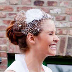 Headpiece, Fascinator für die Hochzeit, Kopfschmuck für die Braut mit Hutschleier und Blume aus Seidenorganza, ca. 20 x 20 cm, von noni. €85,00, via Etsy.