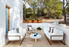 Flat collection for outdoor furniture and design.Flat chaise longe, Flat sofas, Flat chairs and Flat tables. Indoor Outdoor Living, Outdoor Lounge, Outdoor Spaces, Outdoor Decor, Indoor Garden, Porch And Terrace, Terrace Floor, Garden Sofa, Garden Furniture