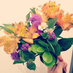 Esse buquezinho  lindo vai esperar por você amanhã no Bazar Sonoro. Começa às 14h no Soul Hostel. #flowerlovers #arranjofloral #floweroftheday #oitominhocas
