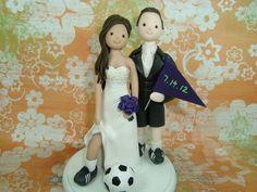 novios con accesorios de futbol