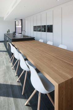 Wij ontwerpen en maken jouw droomkeuken op maat. Zowel voor nieuwbouw als complete keukenrenovaties. Ontdek de verfijnde afwerking in onze showroom.