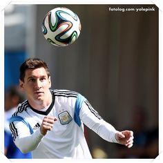 Leo no treinamento de hoje : Oláaaaa,  Amanhã tem Argentina em campo contra a Suiça, o jogo vale pelas oitavas de final da Copa do mundo e é vencer ou vencer.  Hoje os jogadores treinaram já em São Paulo, e Leo não se desgrudou de sua melhor amiga, a bola rs.  Bjs   yolepink