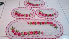 Jogo de cozinha em crochê modelo oval com flores aplicadas com 4 peças. Pode ser confeccionada em outras cores.