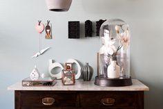 De opgeknapte kast met accesoires van Mealynn en Maarten   Styling Fietje Bruijn #vtwonen #programma #sbs6 #weerverliefdopjehuis #decoration #accessories