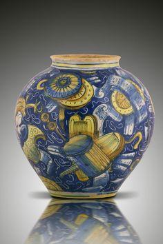 VASE, VENISE, ATELIER DE DOMENICO DA VENEZIA, VERS 1540-1570 Vase sphérique à décor polychrome dit a trofei sur fond bleu. Attribué à l'atelier de  Maestro Domenico da Venezia . H. 23 cm.