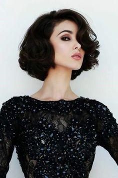 peinado pelo rizado negro ondulado raya al lado maquillaje ojos ahumados