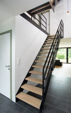 Trappen en Metaalconstructies: wenteltrap, inox trap, metalen trap Stairs And Doors, Open Stairs, House Stairs, Comfy Room Ideas, Open Trap, Casa Patio, Home Stairs Design, Miami Houses, Stair Handrail