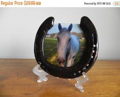 *Unique horseshoe picture frame *Cleaned and painted shiny black with copper splatter *Easily holds your favorite vertical photo *Makes a great gift or decoration for a home barn or office *Stand is included* **PHOTO NOT INCLUDED** Poney Crochet, Photo Deco, Deco Originale, Lisa S, Photos, Pictures, Country Decor, Home Crafts, Snow Globes