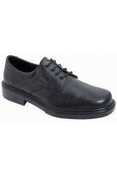 Zapato negro con cordones de piel natural hidrófuga, muy transpirable. Es un zapato antifatiga ya que se ajusta perfectamente al pie protegiéndole de torceduras y esguinces. La planta es anatómica, antiestática y antidesgaste. La plantilla es termoconformada y antibacteriana. Acolchado antirrozaduras. La suela de PU es antideslizante, resistente a la abrasión e hidrocarburos y Shock absorver. #MasUniformes #RopaLaboral #UniformesDeTrabajo #VestuarioOnline #Zapatos #CalzadoLaboral