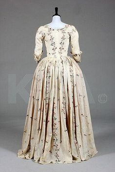 Back view, robe à l'Anglaise, c. 1770-1780. Cream lawn delicately embroidered in chain stitch with stripes and sprigs of pinks, convolvulus, dog roses, honeysuckle, tied with pink bows.
