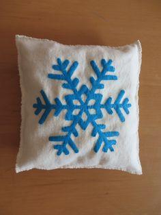 Coussin inspiration Frozen (la reine des neiges), flocon de neige en feutrine, cadeau Noël, décoration maison https://www.etsy.com/fr/listing/204572207/coussin-inspiration-frozen-la-reine-des