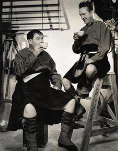 """Portrait de Stan Laurel et Oliver Hardy pour le film """"Bonnie Scotland""""en 1935."""