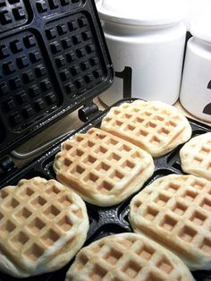 can you guess what kind of quick waffles these are? Canned Biscuits!! Pan, panificadoras, máquinas