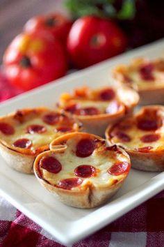 Pizza hapjes, gezien op de site van dashing dish. Beboter de bakvorm. Maak rondjes van wraps voor de bodem. Roer parmezaanse kaas en kruiden door de pizzasaus. Gebruik daarvan één of twee eetlepels per vormpje, afdekken met mozzarella en pepperoni. Laat afkoelen en haal eenvoudig uit de vorm. Voeg eventueel andere ingrediënten naar smaak toe.