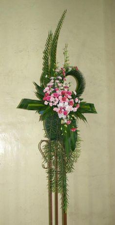 Altar Flowers, Church Flowers, Funeral Flowers, Flower Vases, Creative Flower Arrangements, Funeral Flower Arrangements, Grave Decorations, Cascade Bouquet, Kirchen