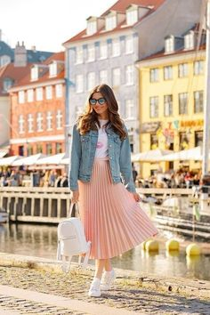 45 Classy Midi Skirt Outfit for Women - Fashionnita Modest Dresses, Modest Outfits, Classy Outfits, Chic Outfits, Modest Wear, Celebrity Casual Outfits, Work Outfits, Prom Dresses, Street Look