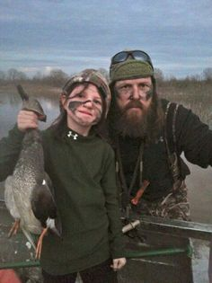 Jase & daughter Mia duck hunting--- I love this. Duck Dynasty Family, Duck Dynasty Sadie, Duck Dynasty Cast, Jase Robertson, Robertson Family, Duck Boat, Duck Duck, Duck Hunting, Hunting Couple