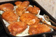 Chutné, šťavnaté plátky pečeného bravčového mäsa s výborným výpekom. Aby nebolo bravčové pliecko po upečení suché, použite tento spôsob prípravy. Samozrejme sa dá takto upiecť aj krkovička, alebo bôčik. Korenie na obaľovanie do múčnej zmesi môžete použiť aké máte radi. Celkom stačí paprika a mleté čierne korenie. Kto má rád zmes grilovacieho korenia, tiež sa dá.