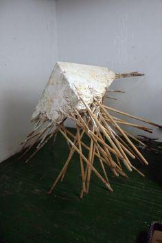 Michael DeLucia  es un artista capaz de conseguir que, por ejemplo, un grupo de humildes escobas, se convierta en una escultura rotunda y po...