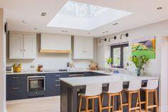 Ce puits de lumière installé au-dessus de la cuisine rend la pièce plus conviviale.