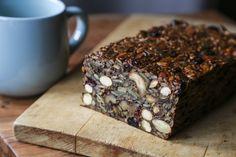 (Scroll for English) Dette glutenfrie brødet er fullspekket med nøtter og frø, og er perfekt både for glutenallergikere og ikke-glutenallergikere. 🙂 Det smaker knallgodt med god ost på, og passer godt både som frokost, lunch, eller som en sunnere snack mellom måltidene. Hvis du er smart fryser du ned brødet i skiver, så er du … Baking Parchment, Dried Cranberries, Really Cool Stuff, Blueberry, Almond, Oven, Food And Drink, Coconut
