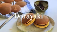 Dorayaki is a popular and classic Japanese snack made from pancakes and red bean paste! Japanese Sweets, Japanese Dishes, Japanese Food, Sweets Recipes, Snack Recipes, Cooking Recipes, Japan Dessert, Dessert Chef, Gastronomia