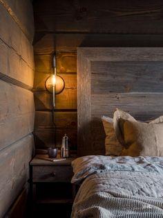 Nyoppført lekker hytte med flott og attraktiv beliggenhet. | FINN.no Mountain Cottage, Cabin Interiors, Bedroom Bed, Bedrooms, Rustic Elegance, Log Homes, Bed Sheets, Light In The Dark, House Styles
