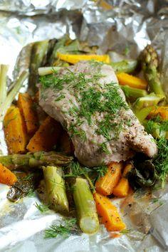 Žuvis ir pavasarinės daržovės, keptos folijoje