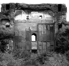 The ruinous north false gate to Akbar's tomb.