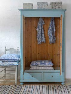 Underbart skåp i blå/turkost med dubbla dörrar SÅLT Furniture, Room, Shelves, Interior, Painted Furniture, Deco, Home Decor, Bedroom Decor, Bedroom