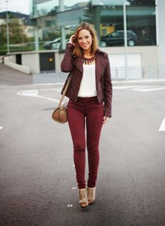 pantalon guinda - Google Search Burgundy Pants Outfit, Maroon Outfit, Burgundy Jeans, Orange Pants, Short Outfits, Stylish Outfits, Cute Outfits, Maroon Skinny Jeans, Western Show Clothes