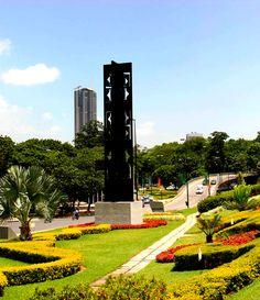 Está ubicada en el Paseo Colón de Plaza Venezuela, Caracas.