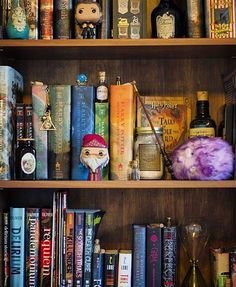 Beautiful shelves by @enchanting_pages.