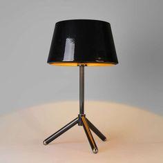 Tafellamp Vegas zwart met goud - Top design tafellamp met een strakke stang met een driepoot als voet. De in hoogglans zwart gespoten kap is van metaal, boven en onder open en heeft een goudkleur aan de binnenkant. Hierdoor is de lichtuitstraling zeer warm en sfeervol.
