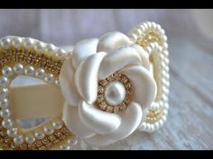 Arco com meia perólas e strass Ribbon Art, Ribbon Bows, Flower Girl Headbands, Pearl Headband, Boutique Hair Bows, Diy Bow, How To Make Bows, Flower Making, Bead Weaving