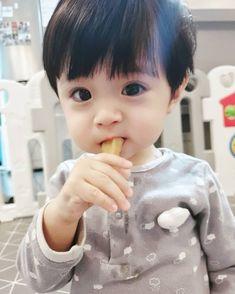 baby boy blankets A imagem pode conter: 1 pessoa ulzzang ulzzang Cute Baby Boy, Cute Little Baby, Little Babies, Cute Kids, Baby Kids, Baby Baby, Cute Asian Babies, Korean Babies, Asian Kids