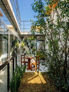 Terra E Tuma est un studio d'architecture brésilien basé à São Paulo. La « Casa Vila Matilde » est la rénovation d'une ancienne maison qui menaçait de s'ef