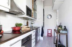 En Suède, les murs ne sont pas toujours blancs - PLANETE DECO a homes world Kitchen Island, Kitchen Cabinets, Home Decor, White People, Home, Walls, Island Kitchen, Decoration Home, Room Decor