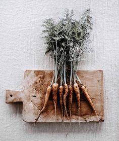 Hej små gulerötter 🥕 Välkomna upp, sååå otroligt gott när det är så närodlat som det kan bli ~ Hey little ones. Own grown carrots is the…