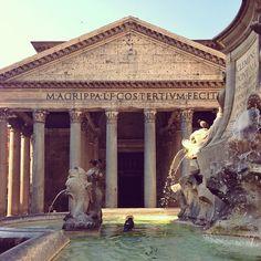 """Panteon : é um edifício construído por Marcus Agrippa como um templo a todos os deuses de Roma antiga , e reconstruído pelo Imperador Adriano em cerca de 126 dC . Ele é um dos mais bem preservado de todos os edifícios romanos. Tem sido em uso contínuo ao longo de sua história, e desde o século 7 , o Panteão foi usado como uma igreja católica romana dedicada a """" Santa Maria e dos Santos Mártires """", mas informalmente conhecida como """" Santa Maria della Rotonda ."""