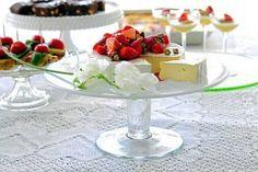 Briejuustoa ja mansikkasalaatti