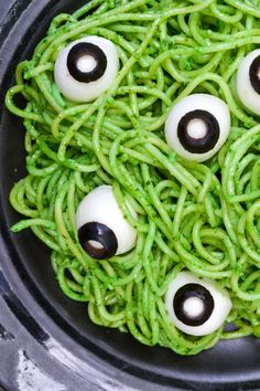 Pesto Eyeball Halloween Pasta Recipe - Morgan Manages Mommyhood This Halloween pasta recipe is spooky, fun, and the perfect Halloween dinner. An easy dinner to serve before going trick or treating! Halloween Snacks, Halloween Appetizers For Adults, Hallowen Food, Halloween Eyeballs, Appetizers For Kids, Halloween Dinner, Halloween Party Decor, Easy Halloween, Healthy Halloween