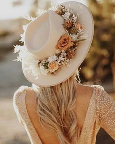 Trends we LOVING Tuesday: Bridal Hats. We can't get enough of these next level flower crowns for our bohemian babes. Luxe Wedding, Wedding Hats, Wedding Trends, Trendy Wedding, Zen Wedding, Hair Wedding, Flower Crown Bride, Bride Flowers, Flower Crowns