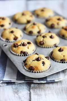 Easy, moist, and fluffy greek yogurt banana muffins with chocolate chips! So yummy and packed with added protein from that healthy fat free greek yogurt! Banana Yoghurt Bread, Greek Yogurt Muffins, Greek Yogurt Recipes, Moist Banana Muffins, Banana Chocolate Chip Muffins, Healthy Muffins, Chocolate Chips, Oreo Cupcakes, Muffins Sains