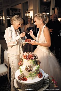 ellen degeneres and portia de rossi vegan cake vegan wedding Celebrity Wedding Photos, Celebrity Couples, Celebrity Weddings, Portia De Rossi, Ellen And Portia Wedding, Red Velvet Wedding Cake, Velvet Cake, Ellen Degeneres And Portia, Ellen Degeneres Wedding