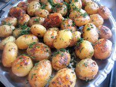 Cea mai buna reteta de cartofi noi cu smantana, marar si usturoi la cuptor Romanian Food, Romanian Recipes, Us Foods, Vegetable Recipes, Mai, Potatoes, Vegetables, Cooking, Dessert