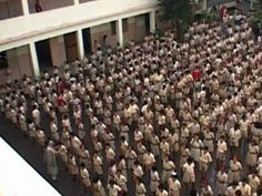 Alle Indiase kinderen dragen een schooluniform. Op de meeste scholen wordt les gegeven in Hindi en Engels. Discipline en ijver zijn er erg belangrijk.